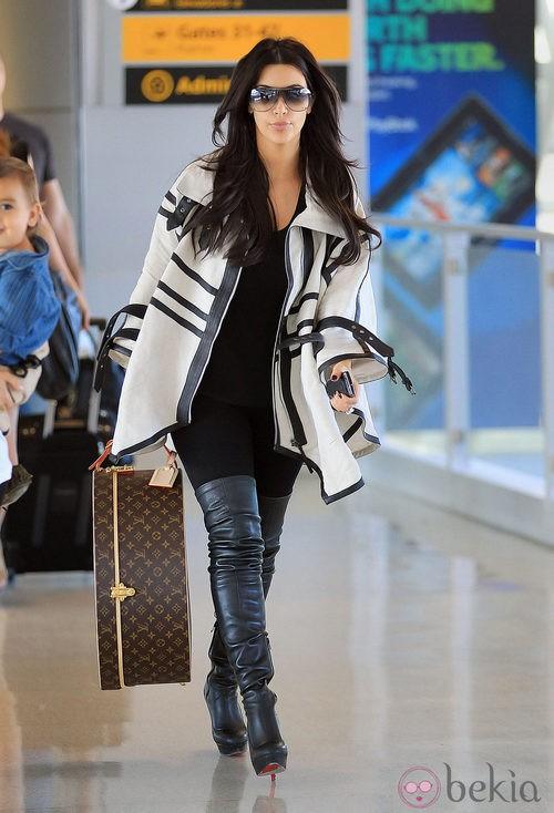 Kim Kardashian en el aeropuerto con botas altas