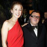 Alber Elbaz y la actriz Rosamund Pike