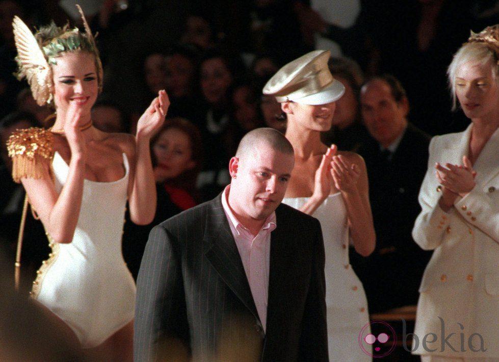 Alexander McQueen saluda tras un desfile