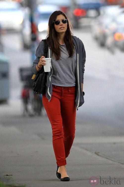 Street style de Jessica Biel con pantalones rojos