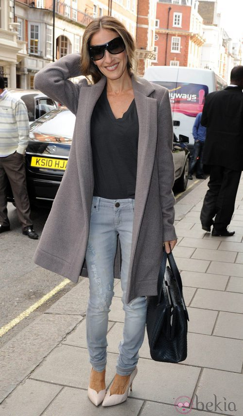 Street style de Sarah Jessica Parker con abrigo masculino