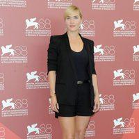 Kate Winslet con shorts de Helmut Lang y zapatos de Roger Vivier en el Festival de Venecia
