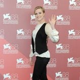 Evan Rachel Wood con chaleco, pantalón Dolce & Gabbana y zapatos de Louboutin en la presentación de 'Mildred pierce'