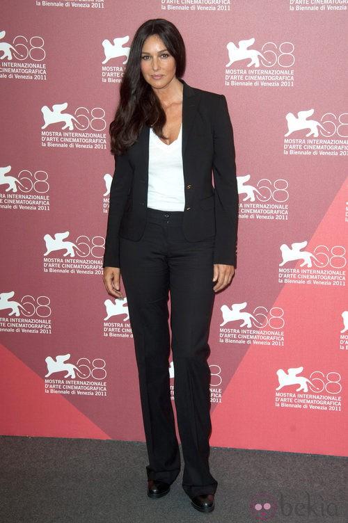 Monica Belluci con traje de chaqueta en el Festival de Venecia