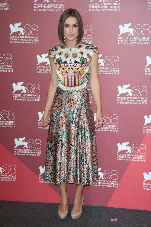 Keira Knightley de Mary Katrantzou en el Festival de Venecia