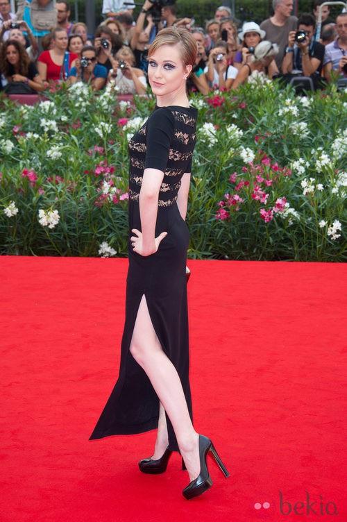 Evan Rachel Wood con diseño de aberturas laterales de Alessandra Rich y zapatos de Christian Louboutin