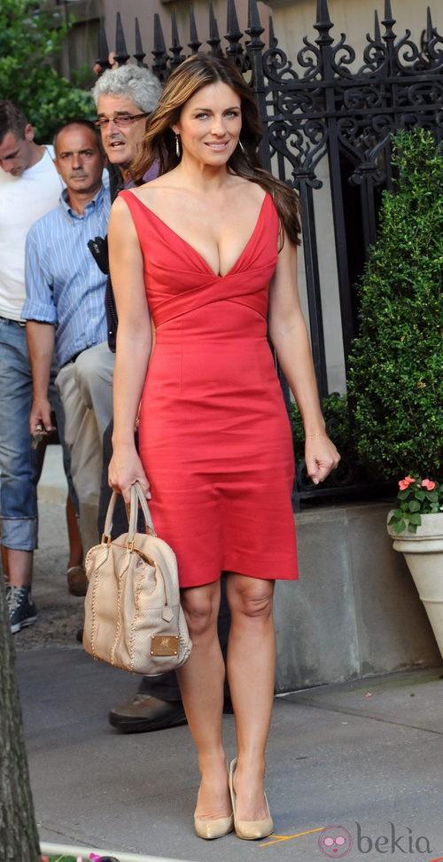 Elizabeth Hurley, sexy de rojo rodando 'Gossip girl'