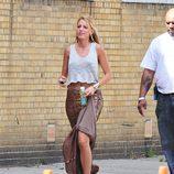 Blake Lively en el rodaje de 'Gossip girl' con maxi falda de lentejuelas