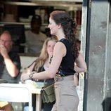 Leighton Meester con pantalón de talle alto y zapatos de Sergio Rossi