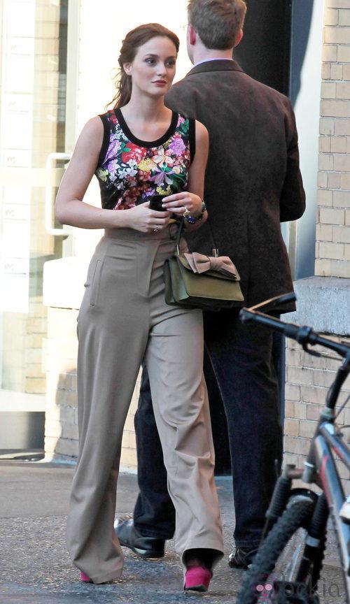Leighton Meester con top de Dolce & Gabbana y bolso de Valentino