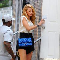 Blake Lively con bolso azul eléctrico de Chanel en el set de 'Gossip girl'
