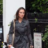Pippa Middleton con trench en Londres