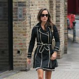 Pippa Middleton con trench negro