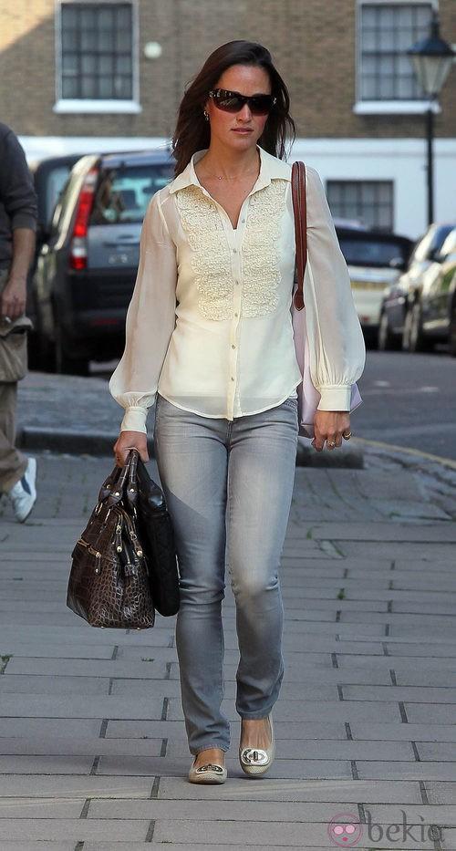Pippa Middleton con vaqueros y camisa