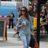 Pippa Middleton con vaqueros y camisa azul