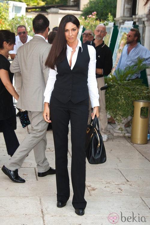 Monica Bellucci con chaleco y camisa blanca en el Festival de Venecia