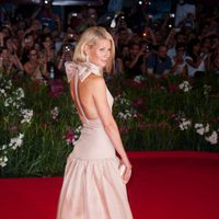 Gwyneth Paltrow, de Prada, con lazo en la nuca