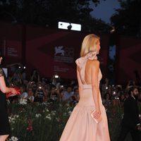 Vista trasera del diseño de Prada de Gwyneth Paltrow