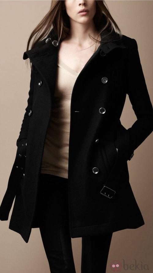 Abrigo negro con doble botonadura de Burberry