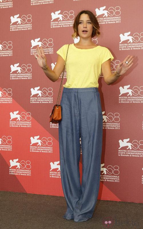 Martina Codecasa con pantalones de pernera ancha en Venecia