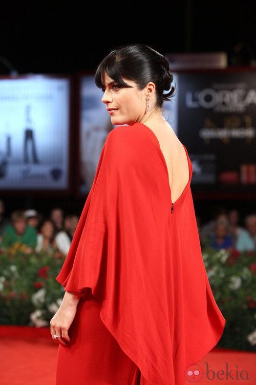 Escote de espalda del Lanvin de Selma Blair en el Festival de Venecia