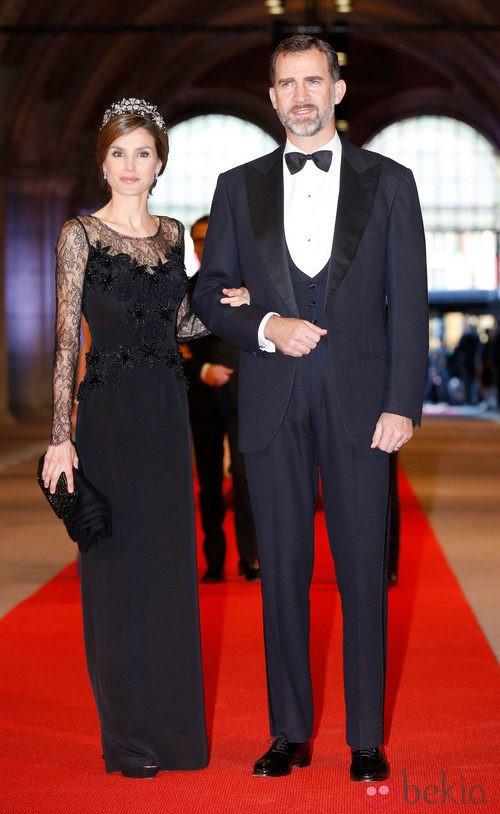 La Princesa Letizia con un vestido de Felipe Varela en la cena previa a la abdicación de la Reina Beatriz de Holanda