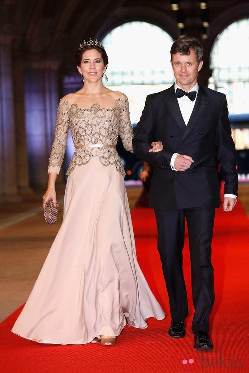 La Princesa Mary de Dinamarca con un vestido bordado con pedrería en la cena previa a la abdicación de la Reina Beatriz de Holanda