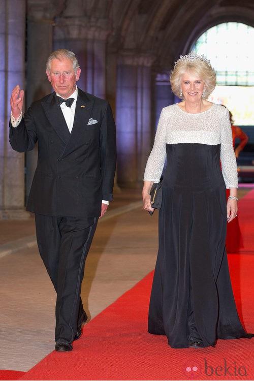 Camila Parker con un vestido bicolor en la cena previa a la abdicación de la Reina Beatriz de Holanda