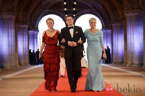 La Princesa Mabel con un vestido de flecos y la Princesa Laurentien con un vestido azul turquesa en la cena previa a la abdicación de la Reina Beatriz de H