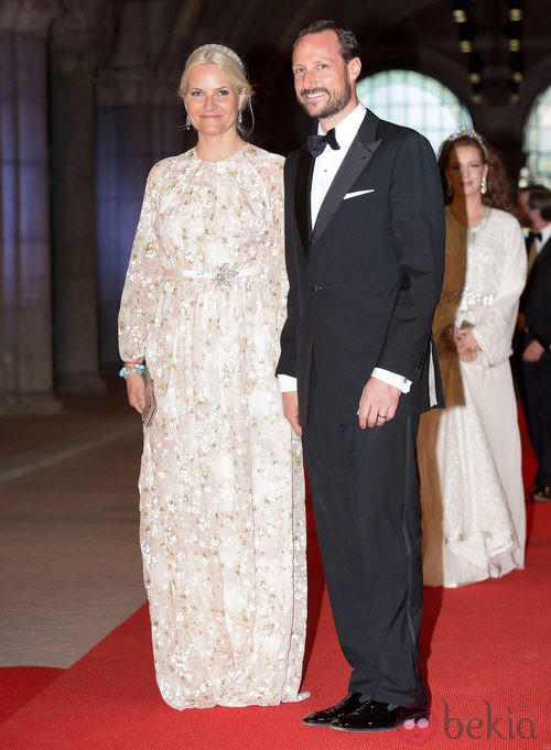 La Princesa Mette-Marit de Noruega con un vestido floral en la cena previa a la abdicacion de la Reina Beatriz de Holanda