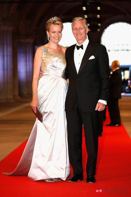 La Princesa Matilde de Bélgica con un vestido asimétrico en la cena previa a la abdicación de la Reina Beatriz de Holanda