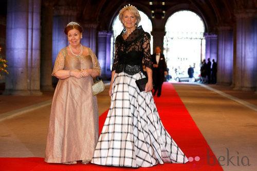 La Princesa Irene con un vestido a rayas y la Princesa Cristina con un vestido verde oliva en la cena previa a la abdicación de la Reina Beatriz de Holanda