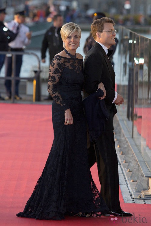 Laurentien de Holanda con un vestido largo negro en la cena de gala por la coronación de los Reyes de Holanda