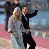 La Princesa Mette-Marit de Noruega con un vestido turquesa en la cena de gala por la coronación de los Reyes de Holanda