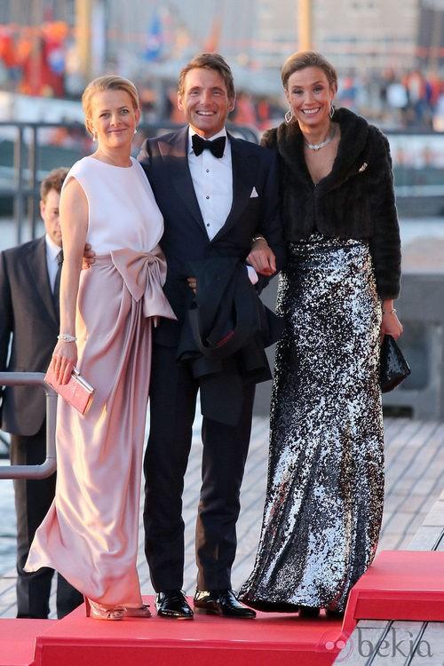 Las princesas Mabel y María Elena Ángela de Holanda con vestidos de gala en la cena de gala por la coronación de los Reyes de Holanda