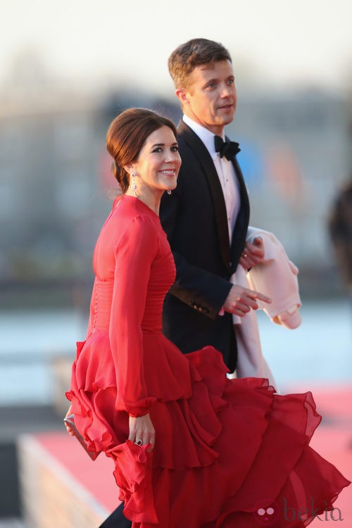 La princesa Mary de Dinamarca con un vestido rojo en la cena de gala por la coronación de los Reyes de Holanda