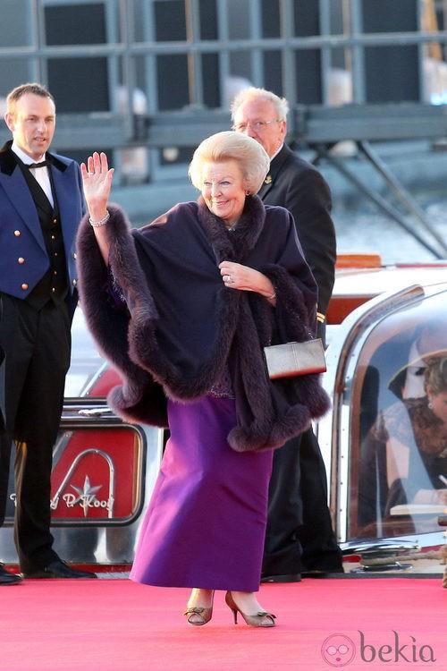 La princesa Beatriz de Holanda con un vestido morado en la cena de gala por la coronación de los Reyes de Holanda