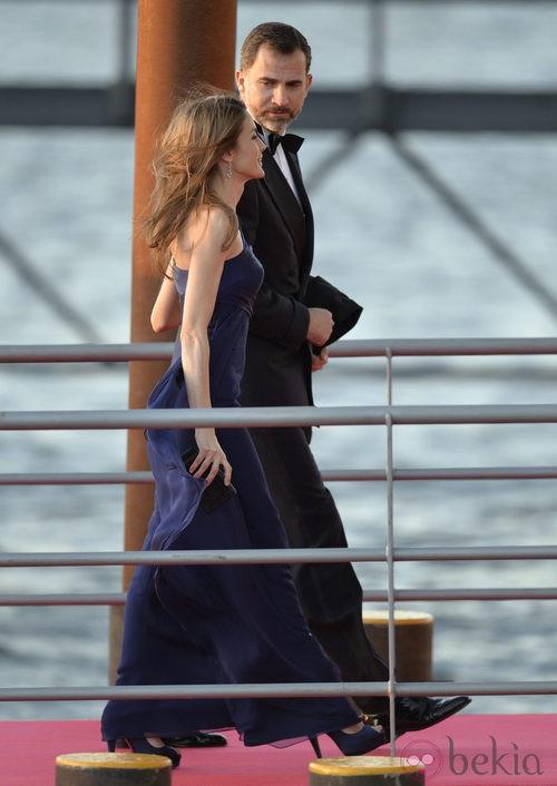 La princesa Letizia con un vestido azul noche en la cena de gala por la coronación de los Reyes de Holanda