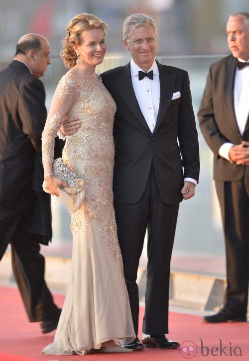 La princesa Matilde de Bélgica con un vestido con pedrería en la cena de gala por la coronación de los Reyes de Holanda