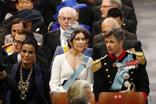 La princesa Mary de Dinamarca con un vestido blanco durante la ceremonia de investidura de Guillermo de Holanda