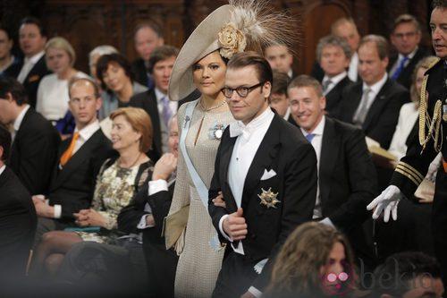 La princesa Victoria de Suecia con un vestido nude durante la ceremonia de investidura de Guillermo de Holanda