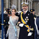 La princesa Letizia con un vestido gris perla durante la ceremonia de investidura de Guillermo de Holanda