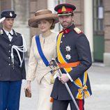 Stephanie de Luxemburgo con un traje beige durante la ceremonia de investidura de Guillermo de Holanda