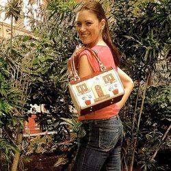 María Jesús Ruiz posando con el modelo 'Sweet Andalucía' de Corttijos Housebags