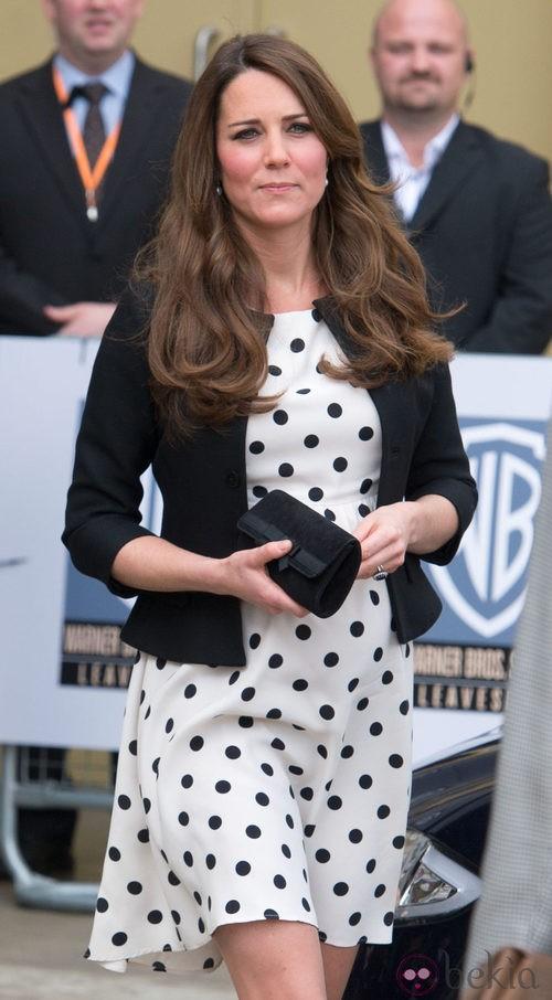 Katte Middleton con vestido de lunares y clutch negro