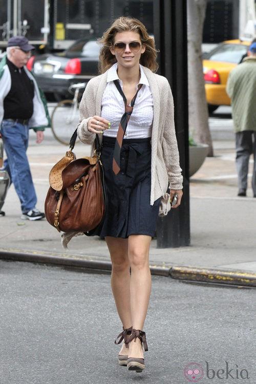 AnnaLynne McCord con un conjunto de falda y camisa con corbata