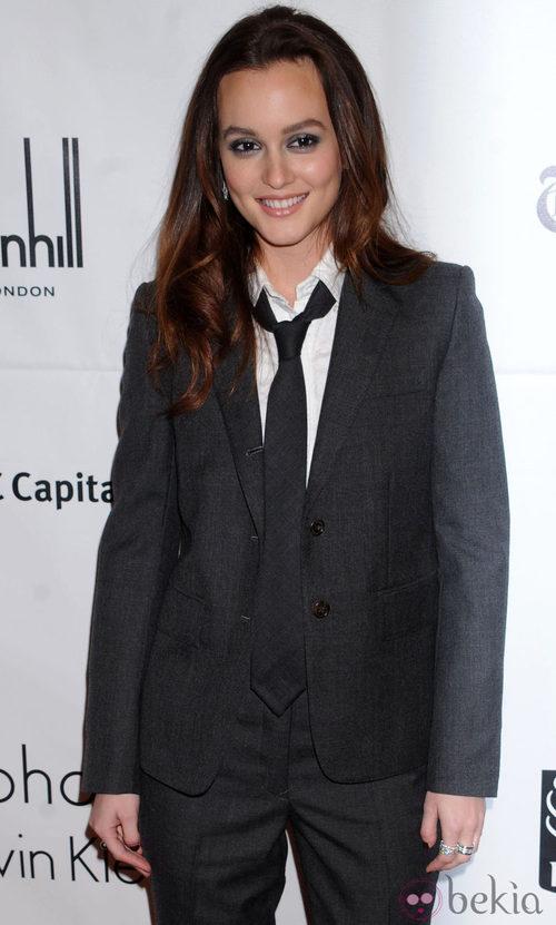 Leighton Meester con un traje de chaqueta y corbata