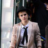 Emma Watson con corbata y americana beige