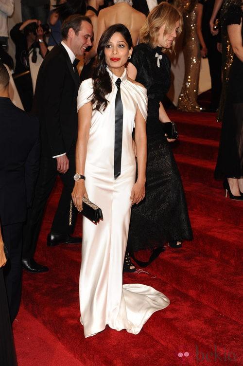 Freida Pinto con un vestido blanco de cola y corbata negra