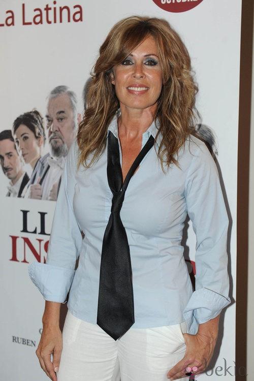 Miriam Díaz Aroca con camisa azul y corbata negra
